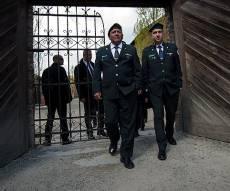 """הרמטכ""""ל, רב- אלוף גדי איזנקוט בכניסה למחנה ההשמדה אושוויץ - ב-10:00: צפירת דומיה נשמעה ברחבי הארץ"""