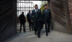 """הרמטכ""""ל, רב- אלוף גדי איזנקוט בכניסה למחנה ההשמדה אושוויץ"""