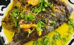 דג דניס שלם אפוי ברוטב לימון ועשבי תיבול