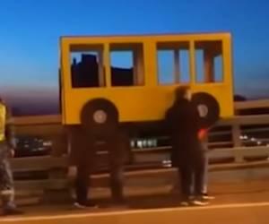 משעשע: הדרך המקורית לחצות גשר רוסי - נכשלה • צפו