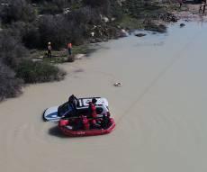 חילוץ מורכב: 2 אנשים שקעו עם רכבם במים
