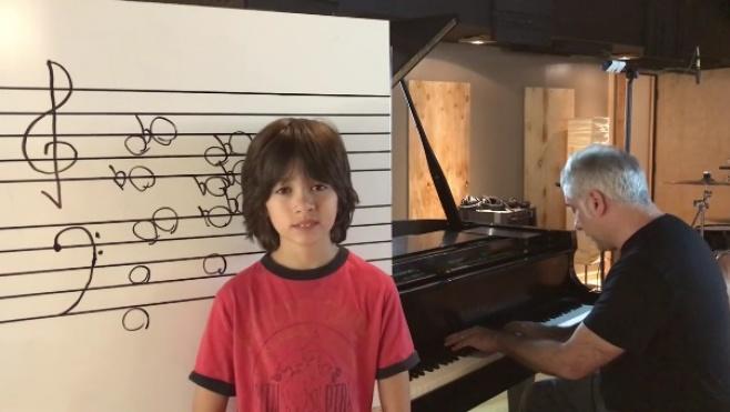 מדהים: הילד שמזהה צלילים בצורה על אנושית • צפו