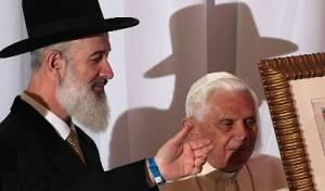 הרב מצגר עם האפיפיור. מאחל לו אריכות ימים