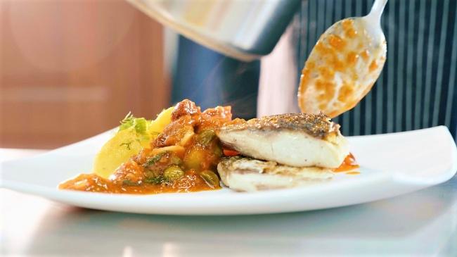 פילה אמנון מבושל עם ירקות ברוטב אדום