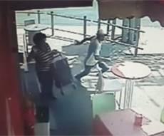 תיעוד הפיגוע - תיעוד: המחבל דוקר בשווארמה, ובורח • צפו