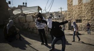 אילוסטרציה, ארכיון - שני פלסטינים יידו אבנים על אוטובוס ונעצרו