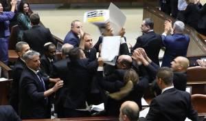 מביך: הערבים הניפו שלטים והוצאו בכוח