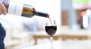 חובה להדפיס תמונת ענבים על בקבוק יין?