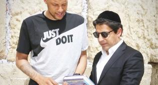 הכותל: שחקן הכדורסל ורב הסלבס בתפילה