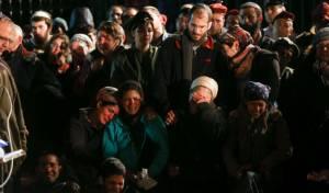 """האלמנה (במרכז) ממררת בבכי - הלווית אליאב גלמן: """"התינוק לא יקבל חיבוק"""""""