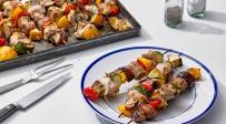 שיפודי עוף עם נקניקיות, חציל ופלפלים צבעוניים