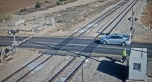 נהג נתקע על מסילת הרכבת בגלל הטלפון