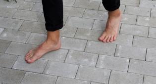 האם הליכה ללא נעליים פוגעת ברגליים?