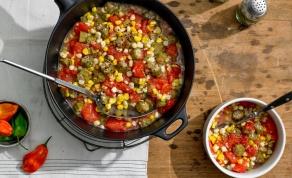 במיה מבושלת עם תירס, עגבניות ופלפל חריף