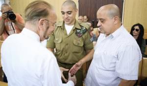 """אזריה עם עו""""ד שפטל - אין פשרה: השופטים יכריעו בפרשת אזריה"""