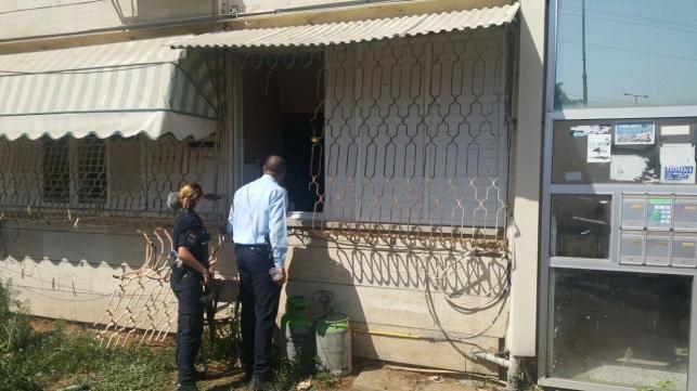 השוטרים ליד דירת החשוד
