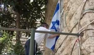 צפו: ראש כולל תלה את הדגל לשכן המבוגר