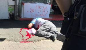 זירת האירוע - פיגוע דקירה בנתניה: שוטר ואזרחית נפצעו