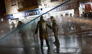 """המפגינים מול המכת""""זית"""