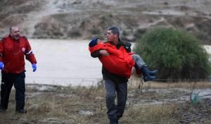 חילוץ נוסעים מרכב שנקלע לשיטפונות