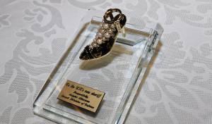 המזכרת הבועטת - מתנת ליברמן להיילי: פסלון של נעל עקב