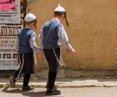 באיזה גיל ילד יכול לשמור על אחיו הצעירים?