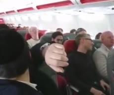"""השירה על המטוס - התבקשו ושרו: """"אדון עולם"""" על המטוס • צפו"""