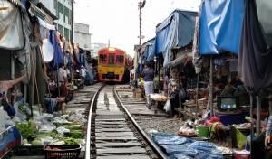 הרוכלות מכסות את הפירות והרכבת עוברת בשוק
