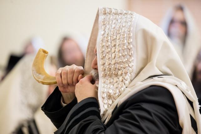 הרבי מבאבוב תוקע בשופר לאחר התפילה