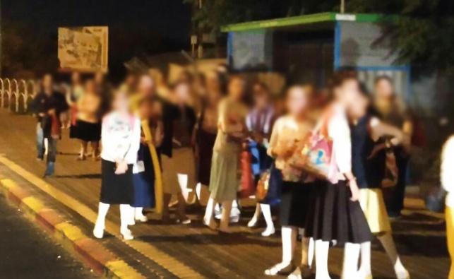 עשרות ילדות ממתינות שעות לאוטובוס, השבוע