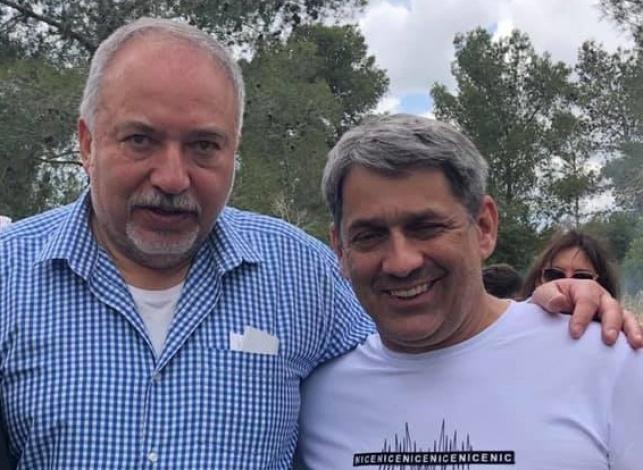"""הפוליטיקאי המסית, עם יו""""ר מפלגתו ליברמן"""
