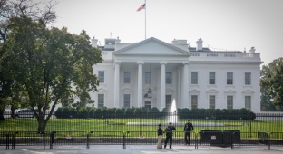 הבית הלבן - צוות הבית הלבן מפרסם את ציוצי טראמפ עם שגיאות