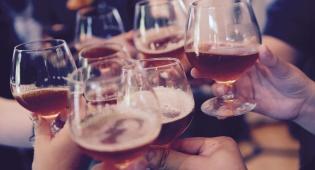 האם לאחר הרמת כוסית לחיים, החוזה נחתם סופית? אילוסטרציה - הצדדים הרימו כוסית לחיים, אך החוזה – לא מחייב
