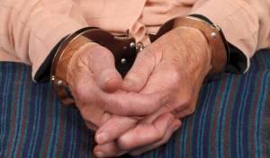 שודד מבוגר. אילוסטרציה - איים במברג: בן 70 שדד בנק בראשון לציון