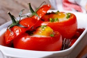 מתכון לביצה אפויה בתוך עגבניה - כמו שקשוקה, אבל לא