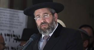 הרב הראשי רבי דוד לאו - הדיינים התירו לאישה לעבור דירה עם ילדיה