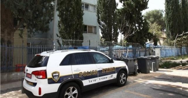 ניידת משטרה ליד בית ספר. אילוסטרציה