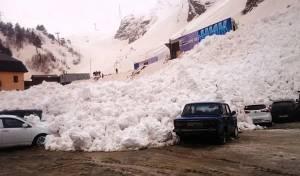 צפו: הרגע שבו מפולת שלגים השחיתה חניון שלם