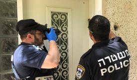 זעזוע: מזוזות בפתחי בתים בחיפה - הושחתו