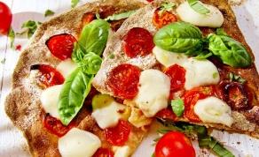 פיצה מקמח מלא עם עגבניות שרי ומוצרלה - הנה הוכחה שפיצה לא חייבת להיות ג'אנק פוד