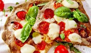 פיצה מקמח מלא עם עגבניות שרי ומוצרלה