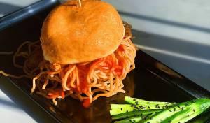 סופגנייה במילוי נודלס מוקפץ עם עוף ברוטב אסייתי