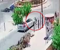 תיעוד התאונה - נס: ילד נדרס בכיכר, עף ונפגע קל • צפו