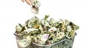 אל תשליכו את הכסף שלכם לפח - ההתנהגויות שמבזבזות לכם כסף