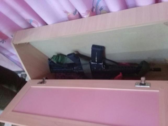 רובה אם-16 הוטמן במיטת הילדים • תיעוד