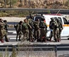 זירת הפיגוע - מחבל רץ עם סכין בידו לעבר החיילים - ונורה