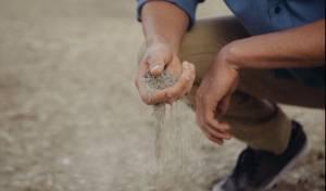 עבודתו הסתכמה במילוי שקי חול ושינועם על גבי מלגזה. אילוסטרציה
