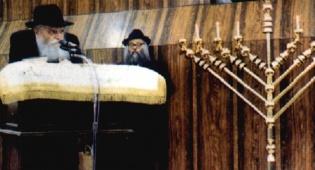 הרבי מליובאוויטש בהדלקת נרות חנוכה