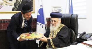 חסידים מגיש לרב הראשי את סלסלת הפירות