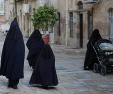ברחובות ירושלים: אם ובנותיה עם ה'שאלים'